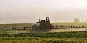 Traktor Spritzmittel auf Feld