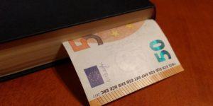 Buch Geld © Pixabay 2020 / Foto: christianpackenius
