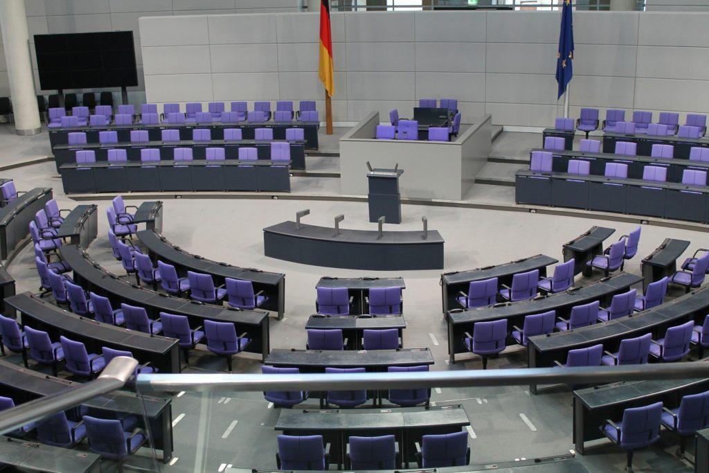 Having power, having babies? Fertility patterns among German elite politicians