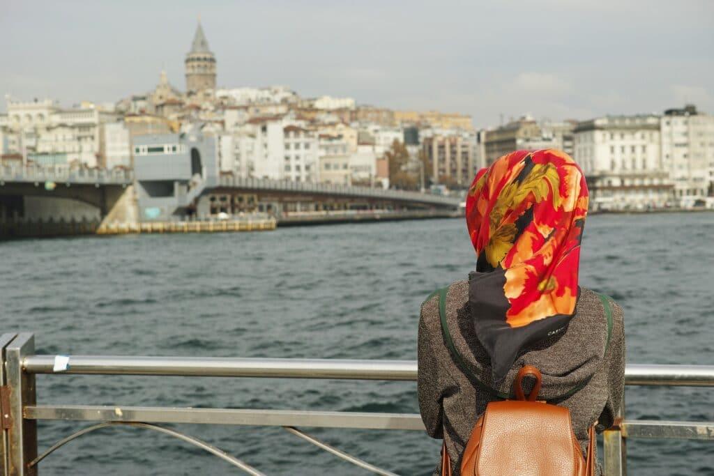 woman in Istanbul © Pixabay 2021 / image: Engin_Akyurt